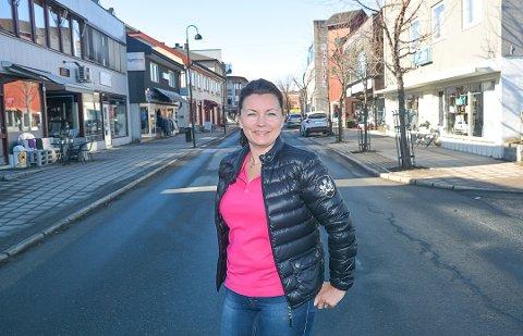 GLEDER SEG: Anne Kat Håskjold gleder seg til å åpne opp dørene og ønske gjestene velkommen til Kafé 2. etg i den stengte lokalene etter Vikersund konditori. Det skjer i månedsskiftet august/september.