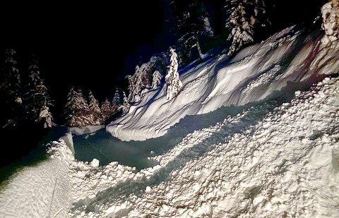 SKREDFARE: – Da jeg skulle hjem fra hytta torsdag kveld, ble jeg møtt av dette flakskredet som sperret veien. Slik snøforholdene er nå kan det fort gå større og langt alvorligere snøskred, sier skredekspert Reidar Harju.