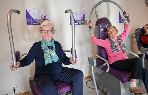 IVRIGE: Reidun Haug og Helga Ødegård bruker flittig de nye treningsmaskinene på Kryllingheimen. – Det er en flott og sosial måte å trene på, så vi håper vi får beholde maskinene, sier de to blide damene.