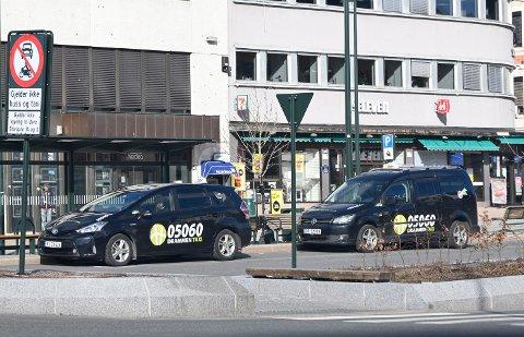 TUT OG KJØR: Taxinæringens fremtid er fortsatt ikke berget, og mange må belage seg på videre permitteringer. En fylkeskommunal redningspakke knyttet til skoleskyss skal lette situasjonen.