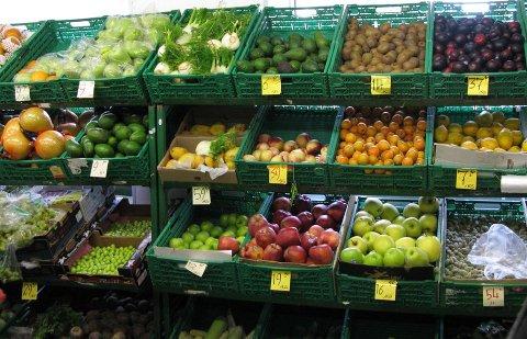 Mange av de frittstående dagligvarebutikkene satser på salg av frukt og grønt (Foto: Mattilsynet).