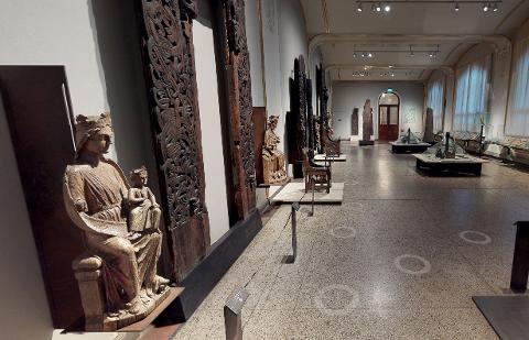 En lang tradisjon er over når middelalderutstillingen i Kulturhistorisk museum i Oslo denne høsten tas ned til fordel for en ny utstilling i salen. Her er Enebakk-madonnaen til venstre i bildet.