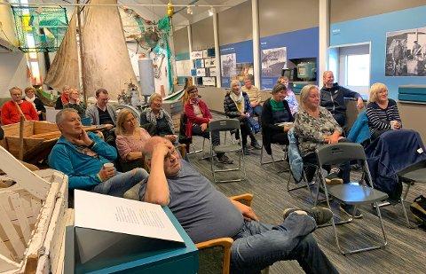 MUSEUMSBAD: Publikum følger med på hva Knut Erik Jensen og Heidi Holmgren snakker om på scenen på Nordkappmuseet mandag ettermiddag.