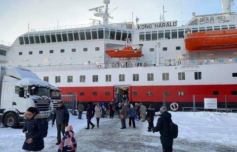 HINDRE SPREDNING AV KORONA: Vanligvis går mange av passasjerene av i Honningsvåg for å se hva Magerøya byr på. Det er det midlertidig slutt på.