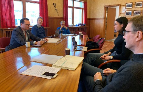 RÅDHUSSALEN: Ordfører Jan Olsen, rådgiver Simon Jessen, stabssjef Ulf Syversen, styreleder i HHI, Marianne Berg og daglig leder i Nordkappregionene Næringshage, Stig Hansen.
