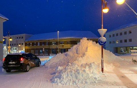 OMKJØRING: Slik så det ut i rundkjøringen i Storgata i Honningsvåg 13. januar i år. Snømengden denne vinteren har gått ut over brøytebudsjettet i Nordkapp kommune.
