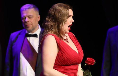 I FJOR: Her kan vi sjå sopranen Nora Oleanne Såheim under Opera Kysten sitt arrangement i Florø 18. januar 2020. Til venstre ein stolt far, Helge Sårheim.