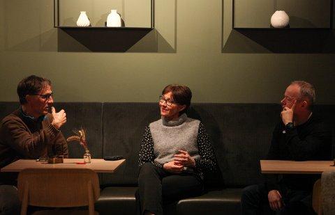 GODE SAMTALAR: Kåre-Leif Hollevik, Ellisif Gjestland og Påø Melvær Giil snakkar om filosofi, historie og hendingar når dei møtast. Men alltid på fransk.