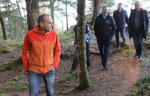 NYTT STIPROSJEKT: Florø bys vel, Florø Træplantning Selskab og Kinn kommune står saman om det nye stiprosjektet i Lilleåsen.