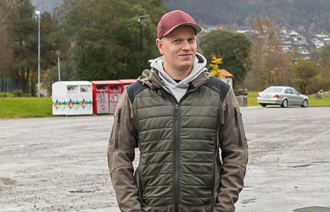 UEINIG: Ola Kristian Tenold peikar på manglar i reknestykket frå Asplan Viak om parkeringskabalen i Førde sentrum.