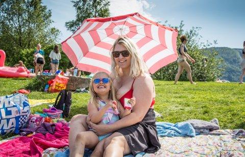 HEITT, HEITARE: Eline Ekroll Haugen (5) og mamma Iselin Ekroll Haugen (31) kosa seg på badeplassen i Naustdal sentrum laurdag.  No kan dei gle seg til enda ei veke med sol og varme.