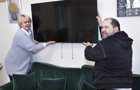 Endelig på plass: Et halvt år etter at Østsiden sykehjem åpnet kunne Per Mathisen tirsdag henge opp tv-er på pasientrommene – til stor glede for beboere og etatsleder Lillan Rosten (til venstre). Foto: Trond Thorvaldsen
