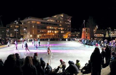 BLE IKKE HØRT: Bilde fra åpningen av kunstisbanen på Værste i 2015.  Her mente Høyre det bør vurderes å si ja til ishockey på kveldene, men partiet fikk ikke gehør i teknisk utvalg.