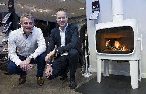 Miljøløsning: René Christensen, konserndirektør salg hos Jøtul, (til venstre) viste ordfører Jon-Ivar Nygård den svært rentbrennende ovnen.  Foto: Trond Thorvaldsen