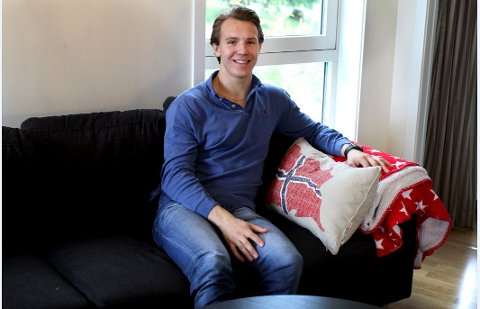 Trives: Her er Martin Rønnild hjemme i leiligheten på Hamar i høst.