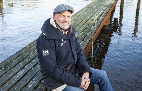 KLART FOR VÅRRYDDING: Sten Helberg i Kystlotteriet/Naturvernforbundet er klar til en ny sesong med strandrydding. Fredag håper han mange blir med på å rydde opp i Kråkerøy-skjærgården.