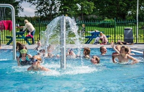 FULLT HUS: Kongstenbadet trakk mer enn 40.000 besøkende i de tre sommermånedene juni, juli og august. Nær halvparten av badegjestene var under 18 år.