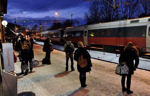 Rundt 2.200 pendler til jobb i Oslo: Pendlingen fra Fredrikstad har økt betydelig, ikke bare til Oslo, men også til Moss, Halden, Råde og Vestby. Men det er Sarpsborg som troner på topp blant pendlerkommunene. (Arkivfoto: Trond Thorvaldsen)