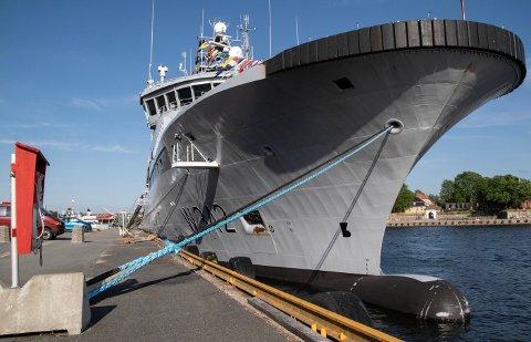 PLASS: For å bevare seilingsdybden for større farkoster, som for eksempel dette kystvaktskipet, skal Glomma mudres ved Tolbodplassen.