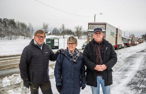 Ønsker seg gangfelt: Tre beboere ved Huseby er samstemte. De vil gjerne ha et gangfelt og nedsatt hastighet på riksvei 22, Helge Hammeren (til venstre), Ragnhild Dahlstrøm og Dagfinn Lindberg. Det er ikke lett å komme seg over veien fra busstoppet i bakgrunnen.