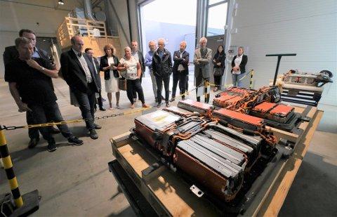 Blir den første i verden: Batteriretur viser gjester ved åpningen i fjor hvordan et elbil-batteri ser ut. Bedriften ønsker å bygge fabrikk på Øra. (Arkivfoto: Øivind Lågbu)