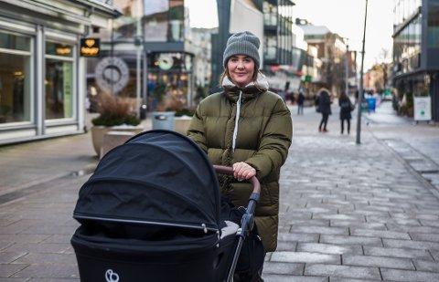 VIL HA HAGE: Maria Dimitrov (27) vil at sønnen Henry (5 måneder) og resten av familien skal ha en enebolig og en hageflekk rundt seg – og flytter snart ut av sentrumsleiligheten. Hun er ikke alene, viser svarene fra 800 barnefamilier i Fredrikstad.