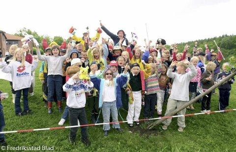 Olabil-løp på Ambjørnrød skole for barn ved Skole- og fritidsordingene (SFO) i distriktet: Ambjørnrøds store heiagjeng følger ivrige med på løpet.  Fotograf: Lasse Eriksson TattDato: 20000524