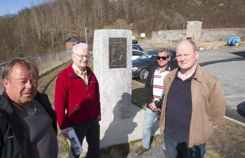 FIKK DEN OPP: Fra venstre: Håkon Bjune, Knut Ivar Simonsen, Tore Pettersen og Sturla B. Valderaune. Det var i området i bakgrunnen, like ved Taraldsvikfossen og minikraftverket at kamphandlingene 28. mai 1940 utspant seg. Foto: Terje Næsje