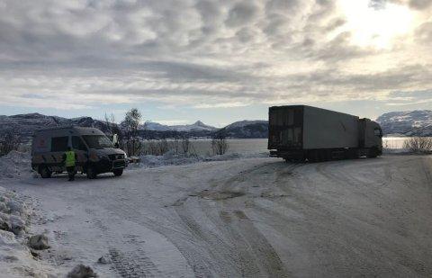 PÅ SEG PÅ EN FREKKIS: Sjåføren på dette vogntoget hevdet han hadde tatt sin hviletid i en kupé hos Statens Jernväger i Sverige, og viste frem en billett - som var falsk. Foto: Statens vegvesen