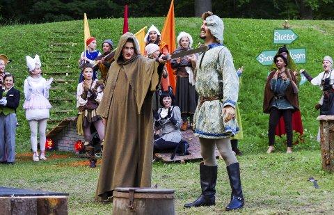 Dramatikk: Robin Hood i forkledning vinner i sverdkamp mot kongens menn.