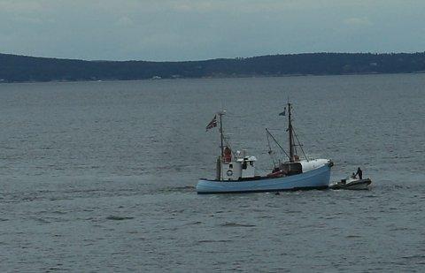 KOLLIDERTE: En rib fikk motorstopp. Føreren av skøyta så ikke båten og kjørte inn i den.