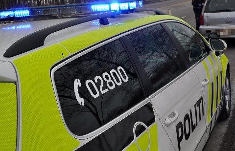 RYKKET UT: Flere politibiler måtte rykke ut da det kom til håndgemeng etter en påkjørsel i Larvik.
