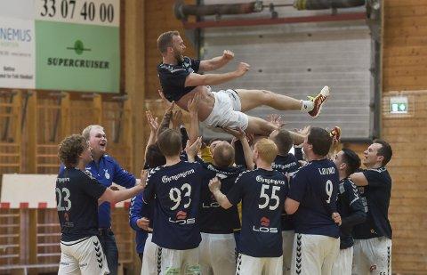 GJESTEOPPTREDEN: Simen Heyerdahl (i lufta) spiller lørdagens kamp for Falk mot Nøtterøy.