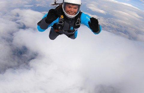 Frafjordjenta Synne Høgemark Frafjord hadde aldri hoppet i fallskjerm før hun begynte på luftsportlinja på Voss folkehøgskole i fjor.