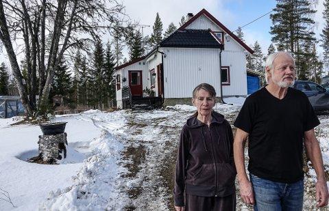 FLYTTER: – Det blir ingen veg utenom flytting med skatter, avgifter og alt hvis den kommunale veien på Hof Finnskog blir privatisert, sier Solveig og Fred Peistorpet.