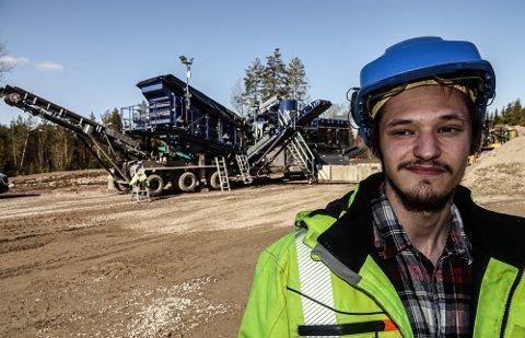 DET MEST MODERNE: Mats Rensmoen fra Namnå skal snart ta fagbrev i anleggsteknikk og jubler for det nye, topp moderne pukkverket skolen har skaffet seg.