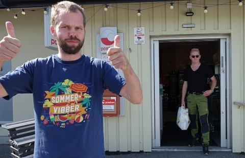 ER OPTIMIST: – Jeg velger å være nøktern optimist. For også denne sommeren er det bra handel, sier kjøpmann Tormod Borg. Og Øyvind Skogheim er en av de mest trofaste kundene. Han oppfordrer folk til å bruke nærbutikken.