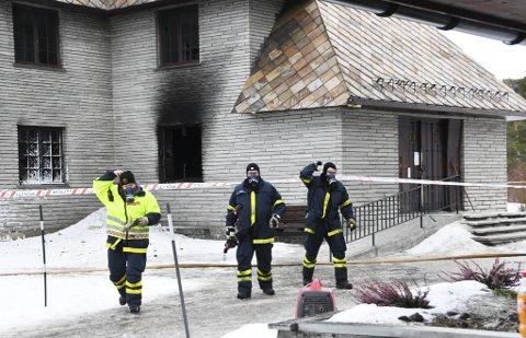 Politi og brannmannskap ved Dombås kirke.
