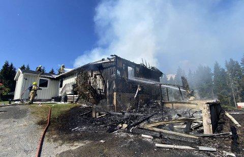 TOTALSKADD: Huset som var heimen til fem personer, ble totalskadd i søndagens brann.