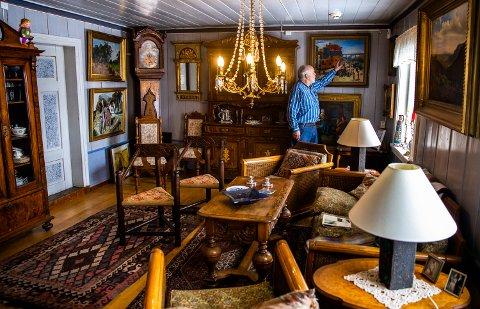 Hovedhuset på Bratberghøgda ble bygget i 1861. Mange av gjenstandene sto i huset da Aaslund overtok. Maleriene har han kjøpt på auksjoner i Sverige. Sveip til høyre for å se flere bilder fra huset.