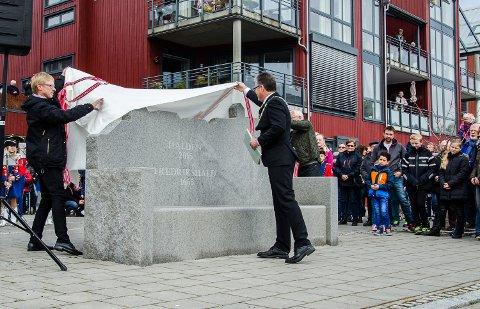 JUBILEUMSBENKEN AVDUKES: Nina Ebeltoft Nordbø har tegnet jubileumsbenken som nå står med utsikt mot både Iddefjorden og festningen.