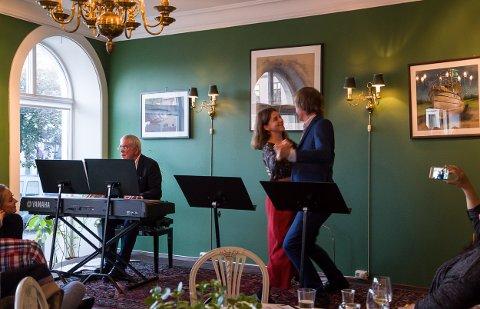 Monne Stang Møller og Aasmund Kaldestad slo til med en vals under sitt siste nummer da de åpnet Kulturnatta på Fabian restaurant