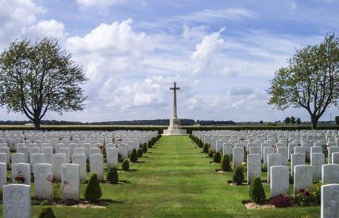 KRIGSKIRKEGÅRD: Alexander Olsen er gravlagt på Caterpillar ved Longueval i Frankrike, en av mange kirkegårder etter blodige slaget ved Somme i 1916. FOTO: WIKIMEDIA