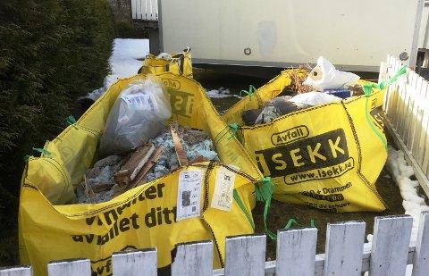 Vannskadene er så omfattende at huset må totalrenoveres. Da Drammens Tidende oppsøkte huset lå det store mengder kasserte byggematerialer på plenen utenfor.