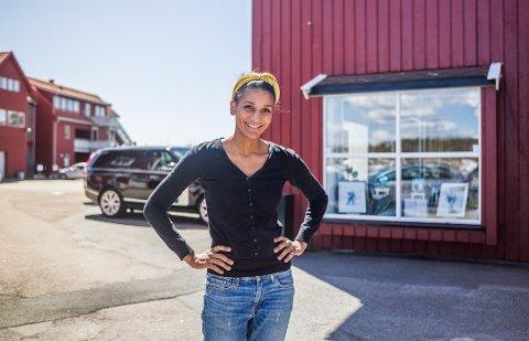 – Folk har tittet inn gjennom vinduene allerede, sier Lisa Aisato som er blitt gallerieier i havna på Skjærhalden.