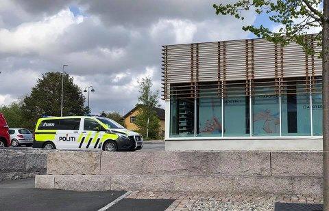 PÅGREPET: En kvinne ble lørdag ettermiddag pågrepet i Rakkestad sentrum eter å ha vært sentral i en voldelig familiefeide..