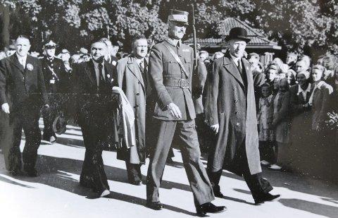 KONGEBESØK: Kongebesøket i Hamar i 1946 med kong Haakon, ordfører Kristian Bakken,rådmann Sigurd Pedersen og fylkesmann Knut Monsen Nordanger.