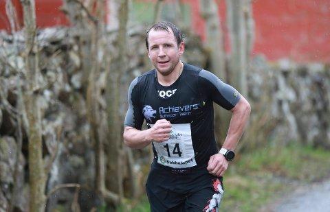 SEIG: Øystein Høines Larsen løper seks mil i uka. Hinderløp krever god kondisjon. Her er han i aksjon i Sabbaløpet i år.