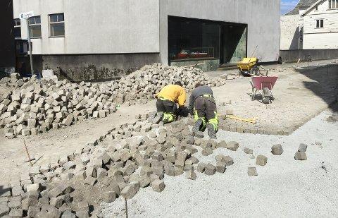 STEIN: Jobben i Møllervegen betegnes som tidkrevende og et puslespillarbeid. Steinleggerne Tomasz Delikat og Krystian Ciuba.