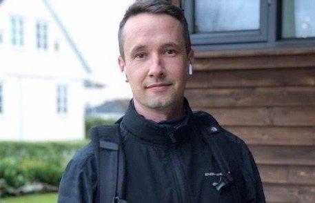 LØPENDE POSTBUD: Nå som treningssentrene har stengt, har Elias Kvalvik (39) meldt seg som løpende postbud for klesforretningen Stempel.